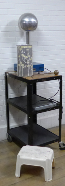 Van de Graaff with plastic stool and non-human hair substitute